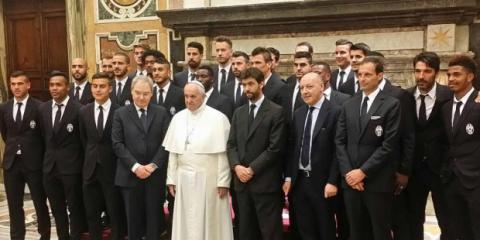 El Papa Francisco y jugadores del Juventus y del Lazio