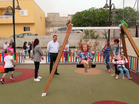El alcalde de Guía, Pedro Rodríguez visita el Parque infantil la Dehesa