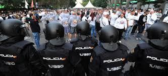 Policía con ultras en un estadio de fútbol