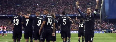 Los jugadores del Real Madrid celebra un gol