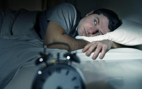 Un hombre sin poder dormir