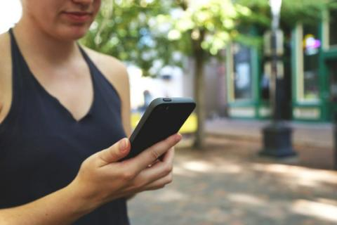 Una adolescente con un teléfono móvil