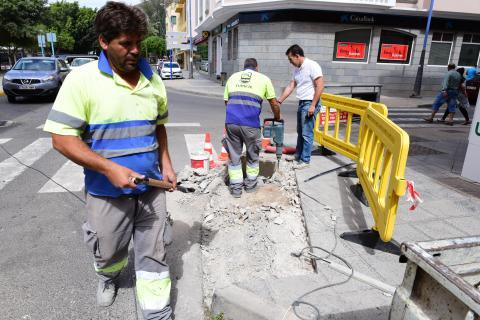 Operarios eliminando las barreras arquitectónicas de Tuineje