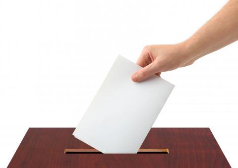 Votando en una urna
