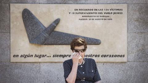 Una mujer en el homenaje de vuelo JK5022 de Spanair