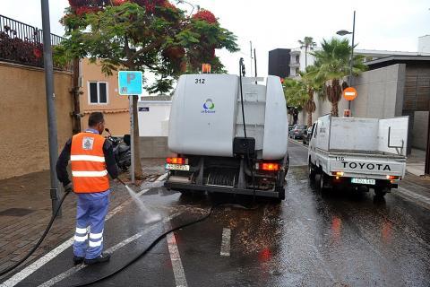 Operarios de limpieza en las calles de Santa Cruz de Tenerife