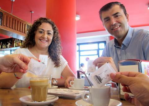 Manuel Domíguez y Carolina Toste tomándose un café