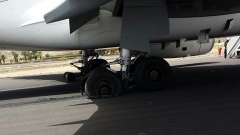 Avión con las ruedas destrozadas