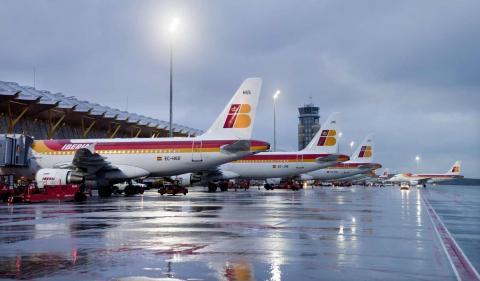 Pista de aterrizaje con aviones de Iberia