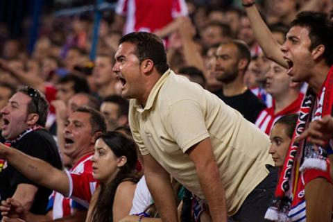 Aficionados en estadio de fútbol