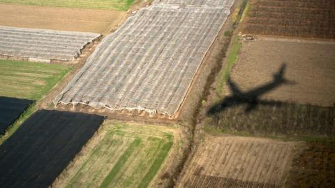 Sombra de un avión sobre el campo