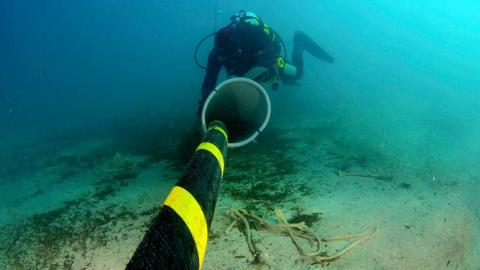 Cable submarino de fibra óptica y submarinista
