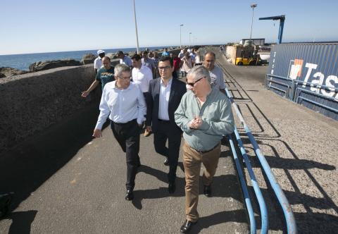 El alcalde de San Bartolomé de Tirajana, Marco Aurelio Pérez y Pablo Rodríguez visitando el puerto