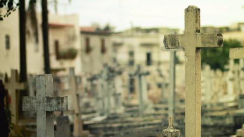 una cruz en un cementerio