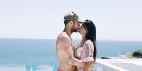 Cesc Fábregas y Daniella Semaan besándose