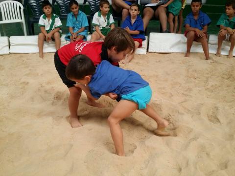 Lucha canaria de dos niños