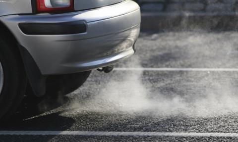 Coche soltando gases CO2