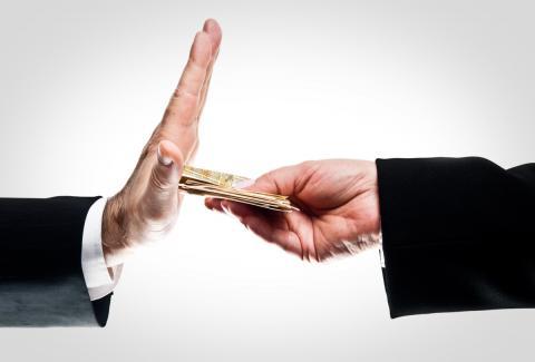 Manos dando dinero