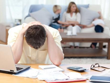 Padre triste por la crisis económica