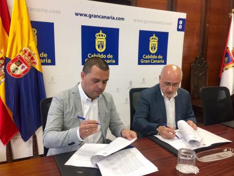 Antonio Morales y Pedro Rodríguez en la firma del convenio