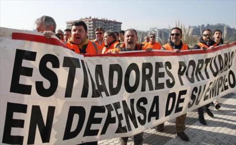 Estibadores en huelga con una pancarta