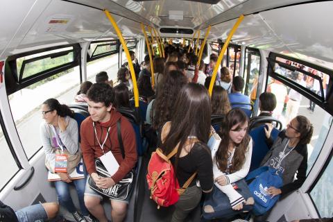Estudiantes en el interior de una guagua