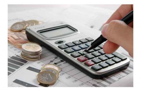 Una calculadora, dinero y facturas