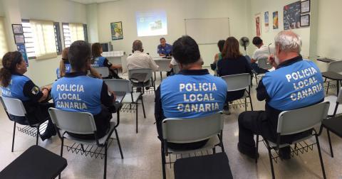 Policías locales de Las Palmas de Gran Canaria de espalda en un curso