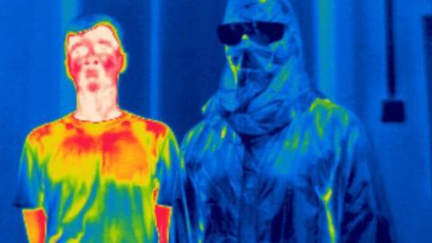 Dos hombres, uno con capa de invisibilidad
