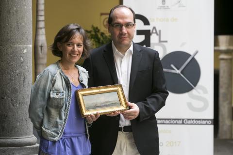 La nieta de Claudio de la Torre y Roberto Garcia de Mesa con el óleo