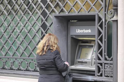 Una mujer en un cajero de Liberbank