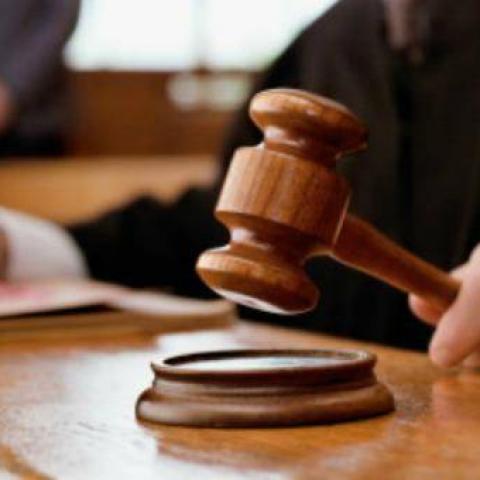 Un juez con el mazo