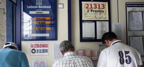 Tres hombres en un establecimiento de Loterías