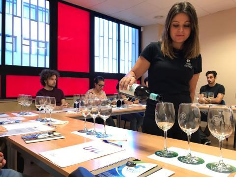 una mujer sirviendo copas de vino