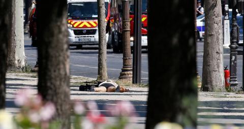 Un hombre en el suelo en París