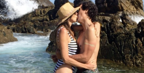 Paz Padilla y su marido dándose un beso en la playa