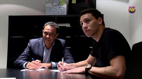 Rómulo Alves en la firma de su contrato con el FC Barcelona