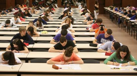 Estudiante examinándose