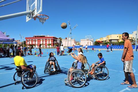 Jugadores de baloncesto en sillas de rueda