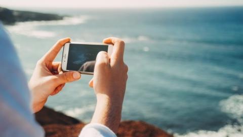 Teléfono móvil en la playa