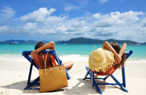 Una pareja en unas tumbonas en la playa