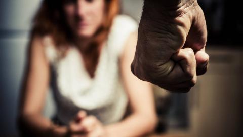 Un hombre con violencia contra una mujer