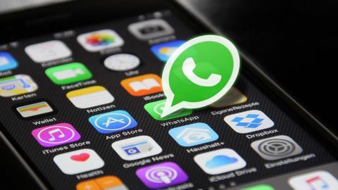 Teléfono con logo de Whatsapp