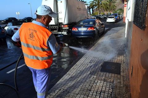 Operario de limpieza limpiando la calle en San Andrés de Santa Cruz de Tenerife