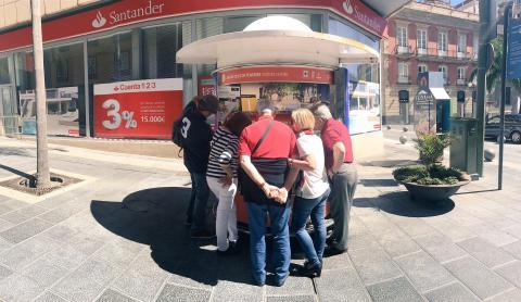 Turistas en una oficina de atención turística