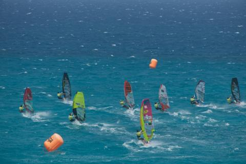 Tablas de windsurfing en la playa