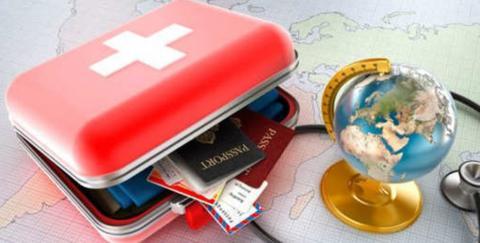 Botiquín junto a pasaportes y mapa