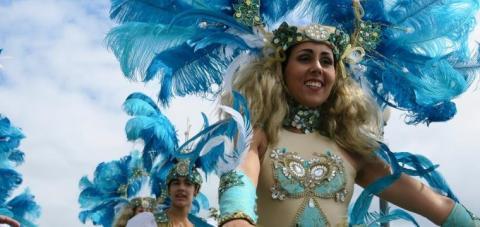 mujer en una comparsa de carnaval