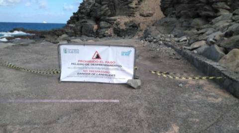 Cartel prohibiendo el acceso a parte de la Playa de La Laja