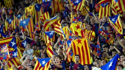 Banderas en un campo de fútbol
